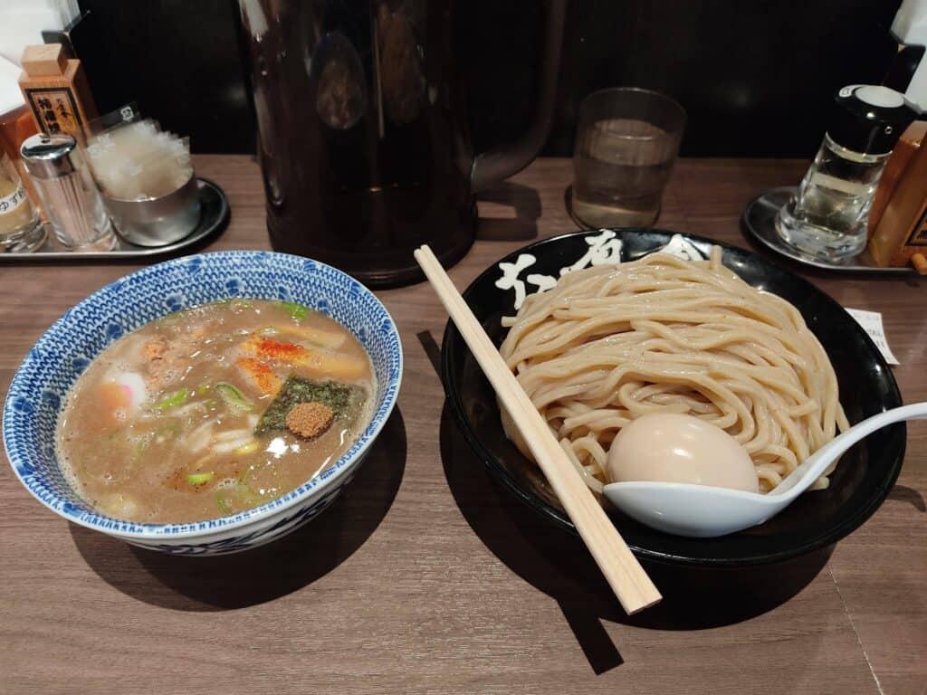六厘舎特性つけ麺(大盛り)。