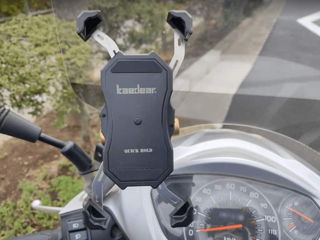Kaedear(カエディア) バイク スマホホルダーを、実際にスクーターに取り付けた写真。