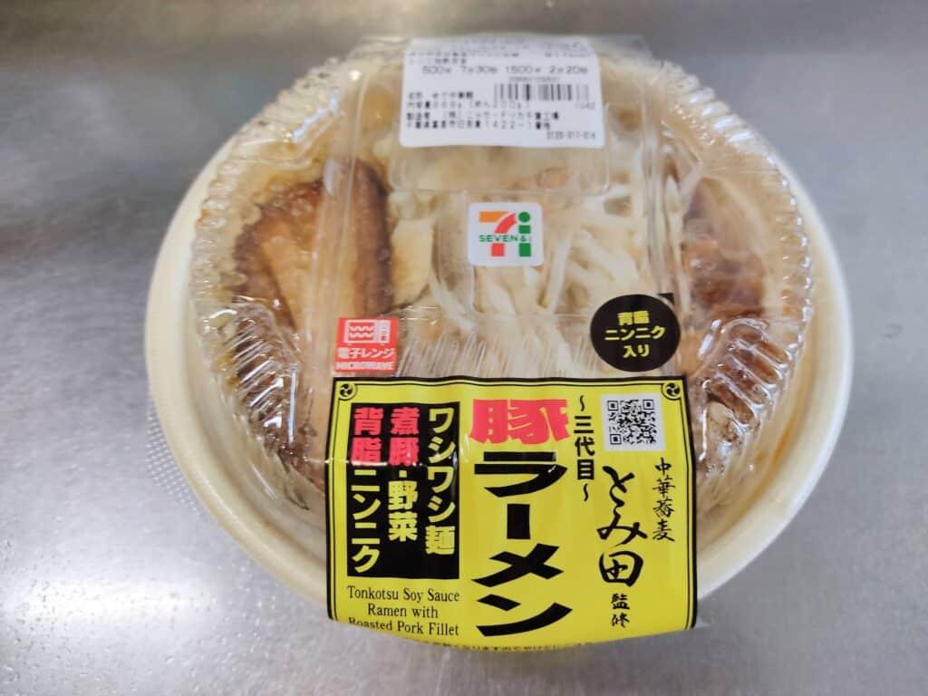 セブンイレブン「中華蕎麦とみ田監修 三代目豚ラーメン」のパッケージ。