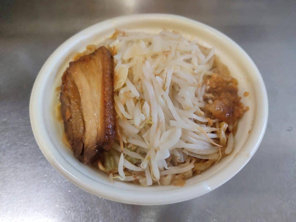 セブンイレブン「中華蕎麦とみ田監修 三代目豚ラーメン」を温めたところ。