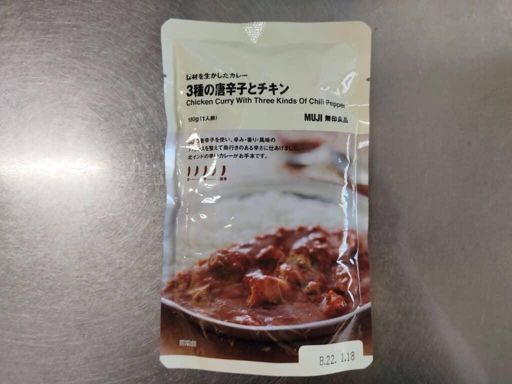「素材を生かしたカレー 3種の唐辛子とチキン」のパッケージ。