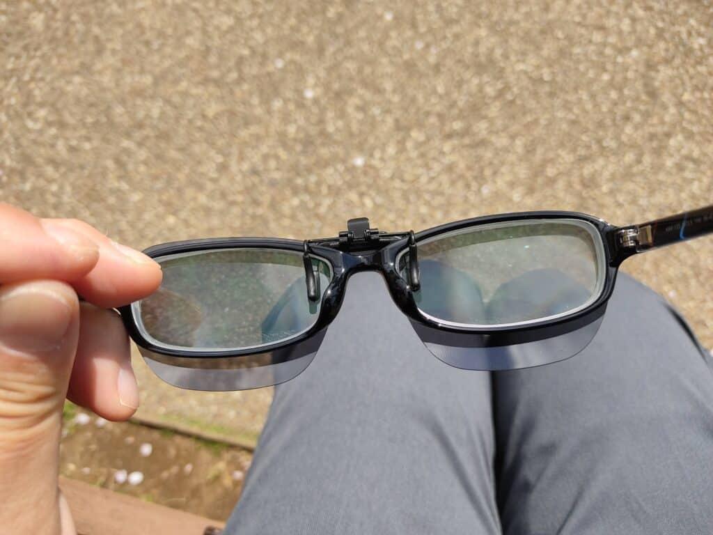 モンベル「クリップオンサングラス スクエアPL」をメガネに取り付けたところ(内側)。