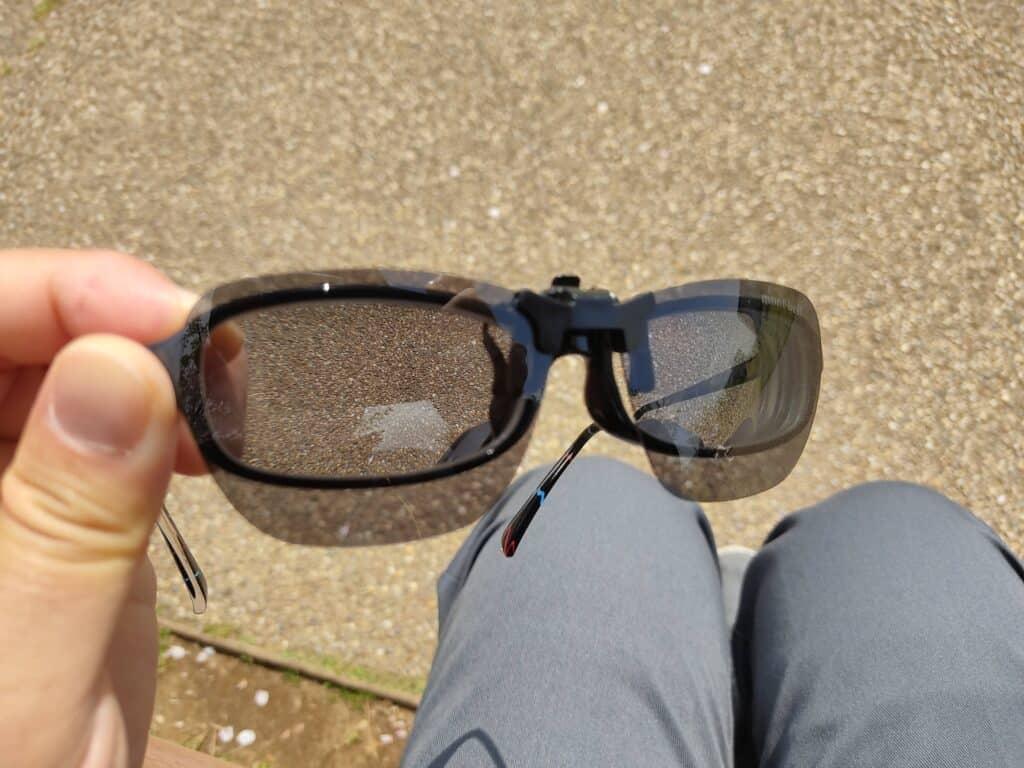 モンベル「クリップオンサングラス スクエアPL」をメガネに取り付けたところ(正面)。