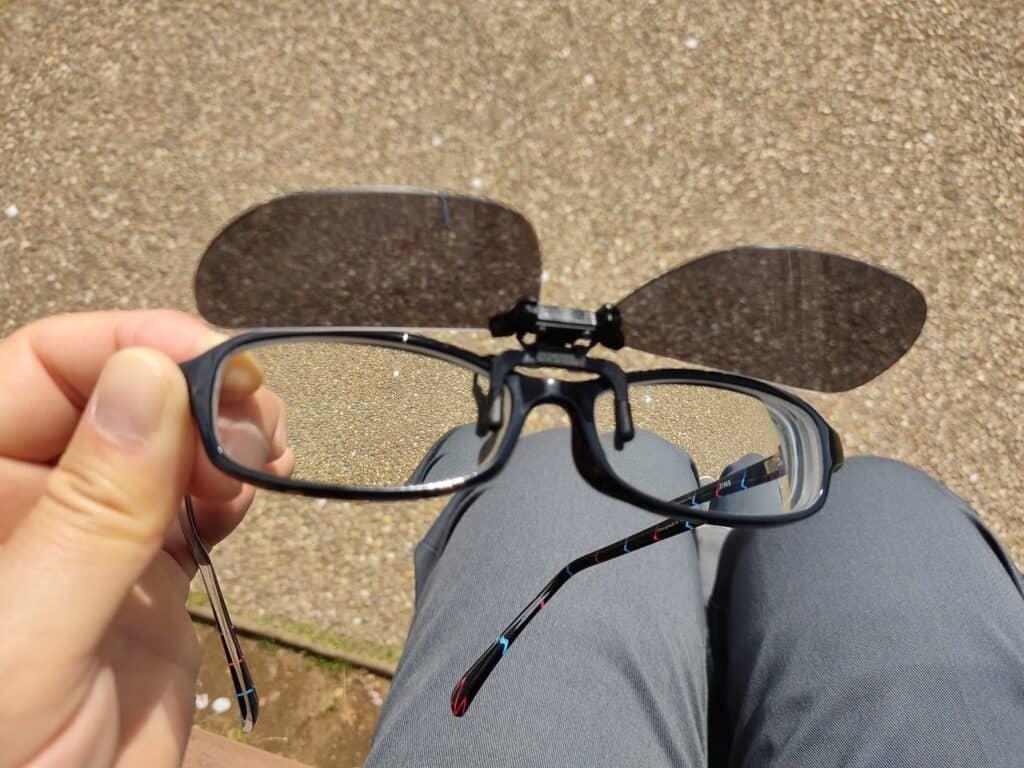 モンベル「クリップオンサングラス スクエアPL」をメガネに付け、跳ね上げた様子。