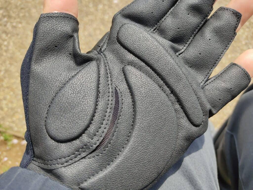 モンベルの「サイクールフィンガーレスグローブ」装着例、手のひら側。