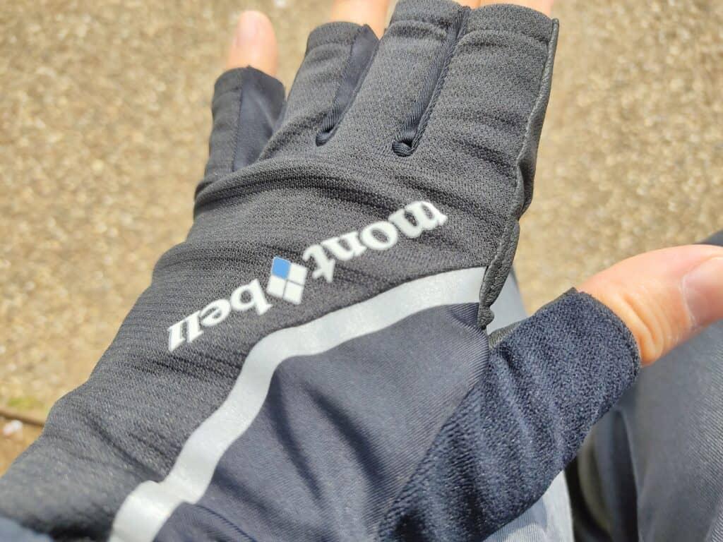 モンベルの「サイクールフィンガーレスグローブ」着用例、手の甲側。