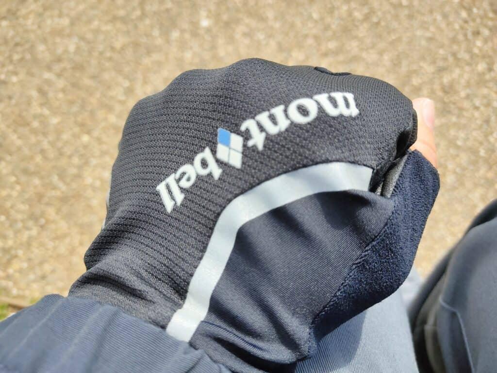 モンベルの「サイクールフィンガーレスグローブ」装着例、手の甲側。