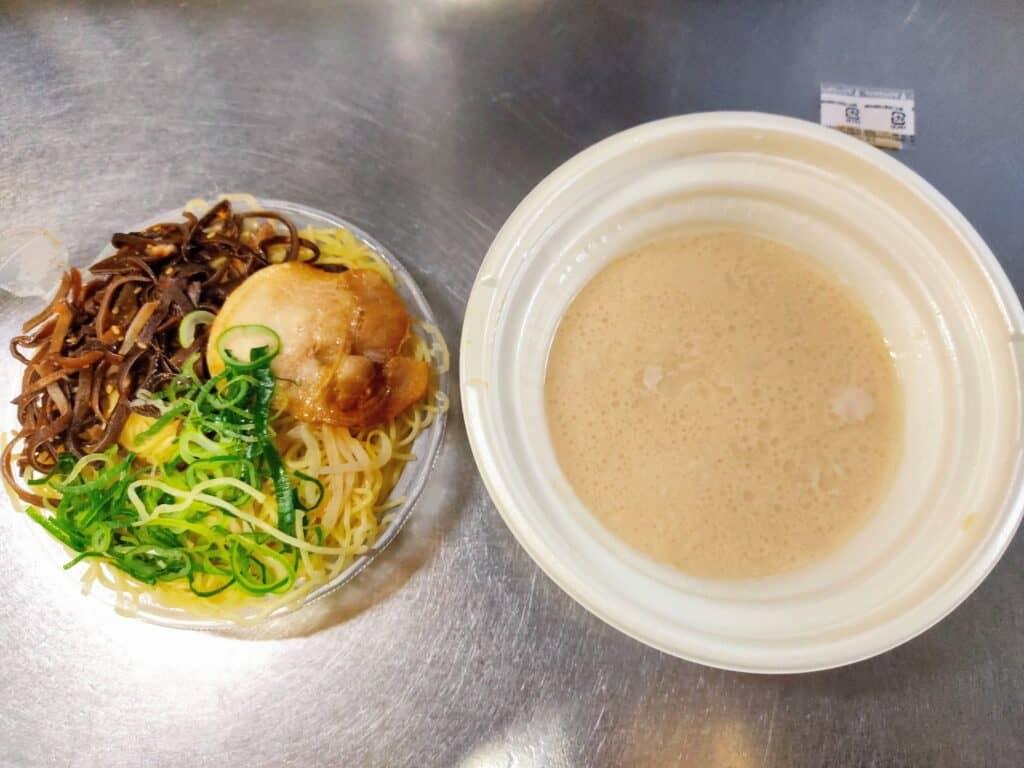 セブンイレブン「一風堂監修 博多とんこつラーメン」、具材と麺の容器
