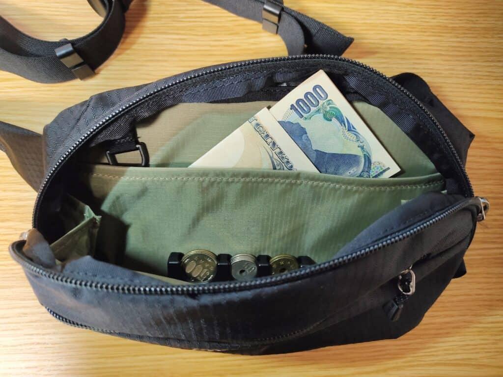 モンベルのデルタガゼットポーチを財布として使用した例