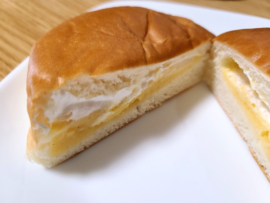 「ホイップ&カスタード ダブルクリームパン」の断面